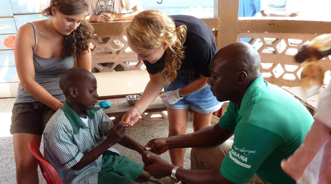 Projects Abroad High School volunteers help doctor in Ghana during their Medical Internship for teenagers.